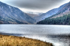 glendalough-upper-lake-montagne-vallée